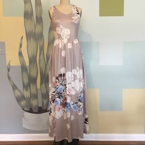 Dresses & Skirts - Gorgeous floor length maxi floral dress w pockets